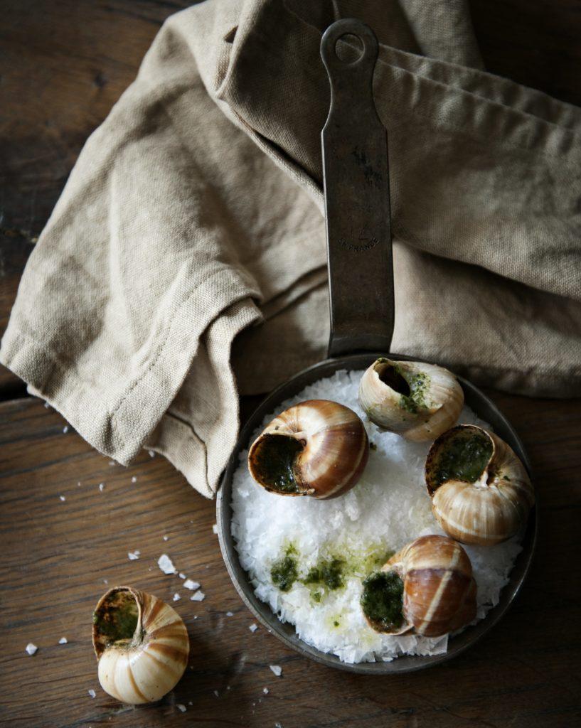 Det franske køkken står godt til den rustikke indretning.