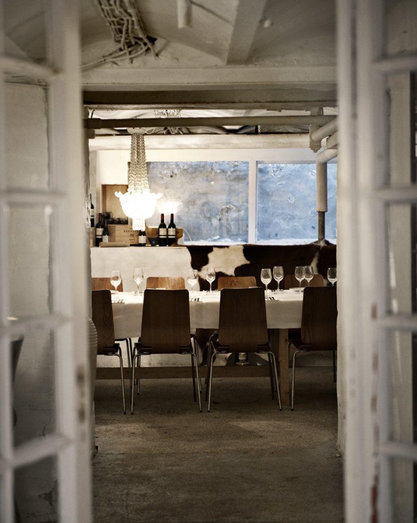 I kælderen har man også brugt de sprossede vinduer. Vinduerne bløder det rå kælder-look med rør i loftet og betonvægge op.