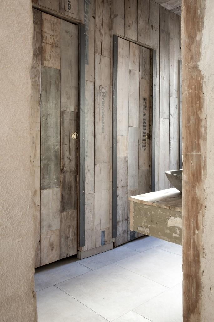 Pallesiderne, købt hos Genbyg, er også brugt til at beklæde vægge og døre på toilettet.