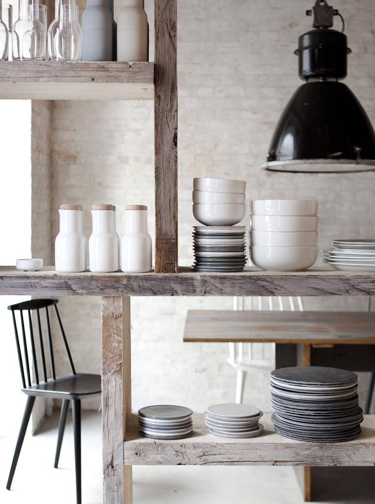 Midt i restauranten opdeler et specialdesignet hyldeparti rummet. Hylderne lavet ud af opskåret brugt tømmer, købt hos Genbyg.
