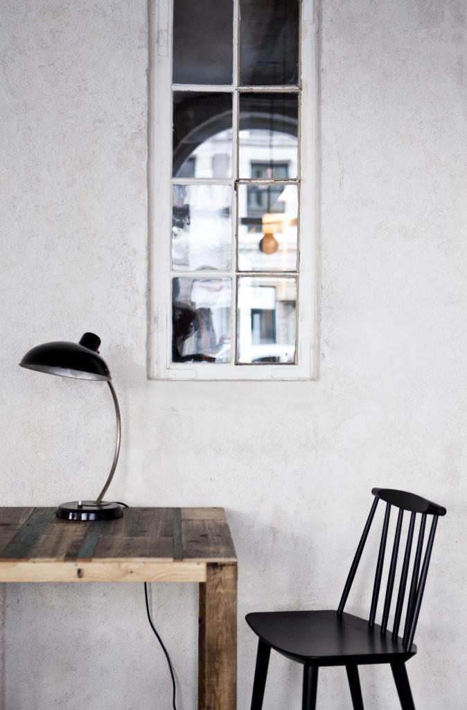 På nogle af bordene i restauranten står Christian Dells lamper, der kendetegnes ved det asymmetriske lampehoved, hvor det cylinderformede fatningshus sidder bagerst på skærmen. Lamperne er fundet hos Genbyg.