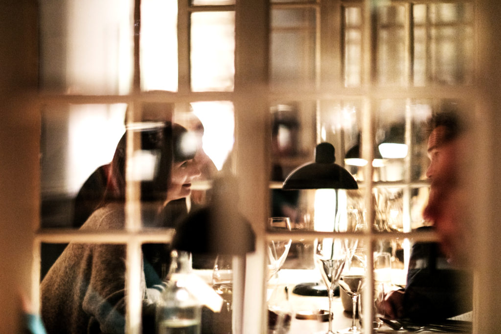 Med en beliggenhed midt i den mest centrale og rå del af København, er den lette og lyse restaurant med sine to selskabslokaler et trygt og rart sted i den buldrende storby.
