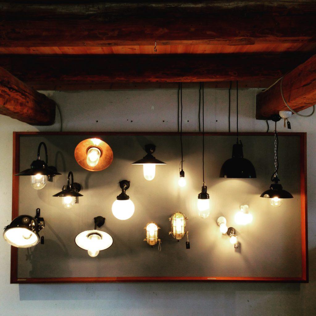 Lys er med til at give den rette stemning af hygge og varme. Vi har både gamle og nye lamper i butikken.